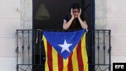 Vecina de la plaza de Sant Jaume de Barcelona desde su balcón con una bandera independentista.
