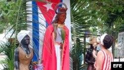 Cubanos rinden homenaje a la Virgen de Santa Bárbara, continuando con la tradición de hacerle una fiesta, ofrecerle ofrendas florales y pedir que conceda algún deseo al necesitado.
