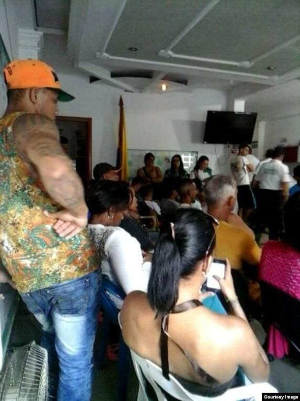 Cubanos en la oficina de Migración de Turbo para solicitar un salvoconducto. (Foto: Aristaly Mabel)