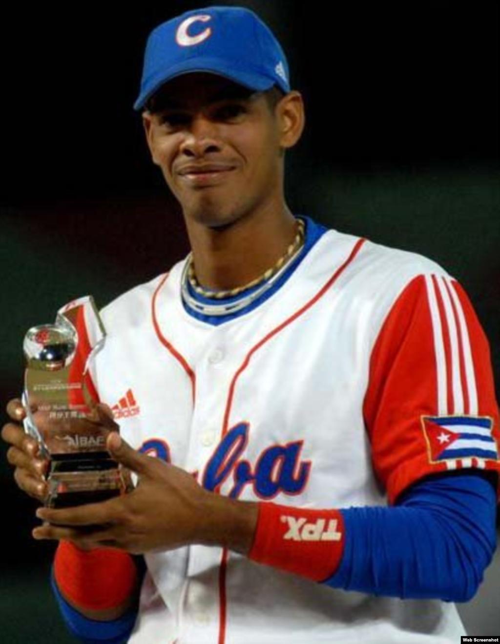 Héctor Olivera muestra el trofeo al jugador más valioso de la XVII Copa Intercontinental de Béisbol.