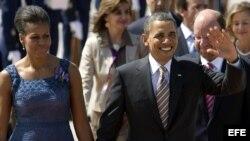 Fotografía de archivo del presidente estadounidense Barack Obama junto a su esposa Michelle Obama (i) el 21 de marzo de 2011, a su llegada al aeropuerto internacional de Santiago (Chile).
