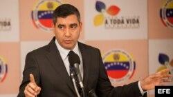 Foto de archivo del ministro del Interior de Venezuela, Miguel Rodríguez.