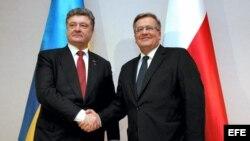 El presidente de Polonia, Bronislaw Komorowski (d), recibe al presidente de Ucrania, Petro Poroshenko (i).