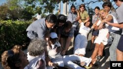 Imagen de archivo de la represión policial en Cuba contra las Damas de Blanco.
