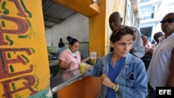 Una mujer vende bebidas como cuentapropista en un barrio de La Habana. EFE