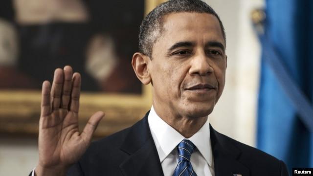 El presidente de Estados Unidos, Barack Obama, juró hoy oficialmente el cargo para un segundo mandato que concluirá en enero de 2017 en una breve ceremonia en el Salón Azul de la Casa Blanca acompañado de su mujer, Michelle, y sus dos hijas.