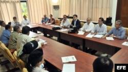 Fotografía de archivo. Los negociadores del gobierno de Colombia y de las FARC (de espaldas en la foto) dialogan en La Habana.