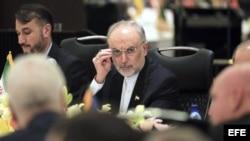El ministro iraní de Exteriores, Ali-Akbar Salehi (centro) asiste a la ceremonia de inauguración de la Conferencia Internacional sobre la Situación Siria en Teherán (Irán) hoy, miércoles 29 de mayo de 2013.