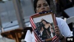 Linda Torrens sostiene un retrato de su prima Janine Nicole Gonzalez.