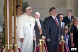 El papa Francisco junto al rey Abdalá de Jordania.