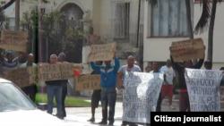 Reporta Cuba. Activistas durante una protesta en La Habana.