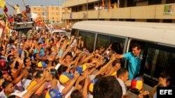 Fotografía cedida por Comando Venezuela muestra al candidato presidencial Henrique Capriles Radonski (d) durante una caravana electoral.