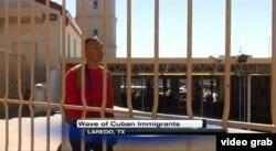 Mochila a la espalda, el cubano Eddy Montero deja atrás el punto de control fronterizo de Laredo, Texas.