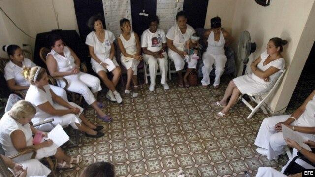 Damas de Blanco durante  un Té Literario en Habana