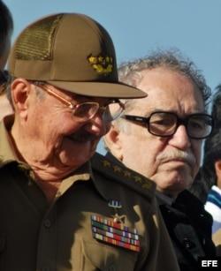 Raúl Castro y Gabriel García Márquez en una ceremonia militar.