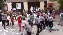 Reprimen y arrestan a decenas de Damas de Blanco en Cuba