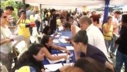 La oposición venezolana entrega las firmas para activar el proceso revocatorio