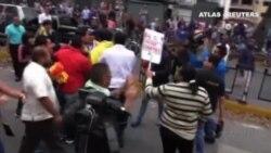 La oposición política venezolana estalla en disturbios ante el Ministerio reclamando una mayor importación de alimentos