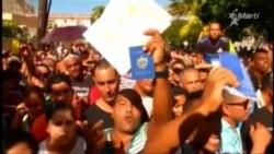Cubanos protestan frente a la embajada de Ecuador en La Habana