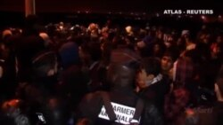 Calais: cientos de emigrantes se agolpan para obtener una plaza de autobús
