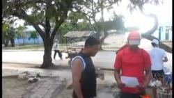 Activistas distribuyen pegatinas en las calles de Caimanera